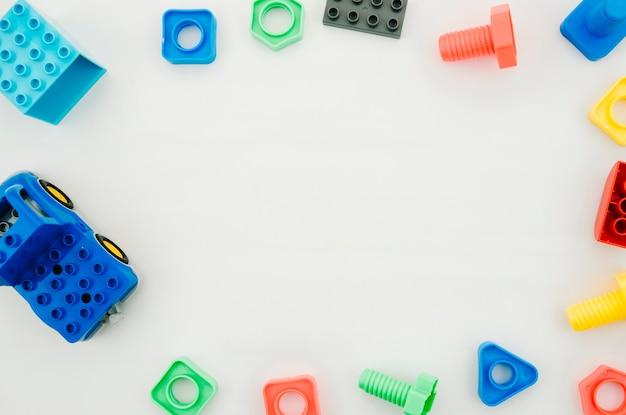 Giocattoli per bambini vista dall'alto con spazio di copia Foto Gratuite