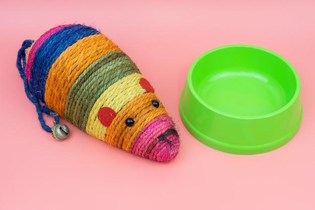Giocattoli per gatti con ciotola di plastica. concetto di accessori per animali domestici Foto Premium