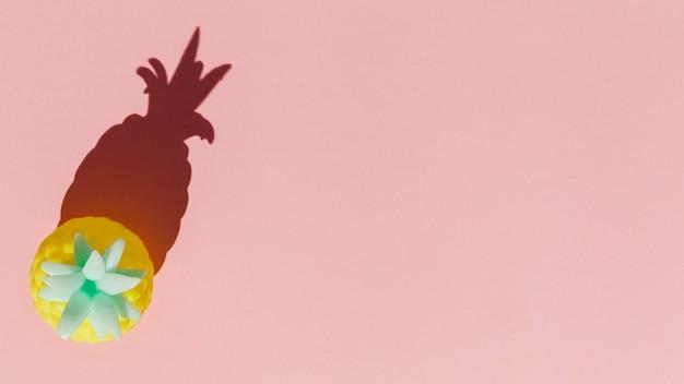 Giocattolo a forma di ananas giallo piatto Foto Gratuite