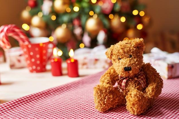 Giocattolo molle dell'orsacchiotto di natale con l'albero di natale Foto Premium