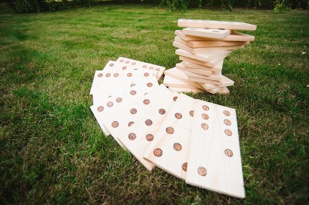 Giochi all'aperto, domino, gioco all'aperto gigante sull'erba verde Foto Premium