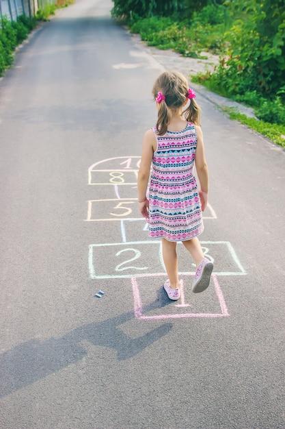Giochi per bambini di strada in classici. messa a fuoco selettiva Foto Premium
