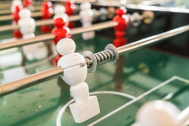 Gioco da tavolo di calcio con il giocatore rosso e bianco. Foto Gratuite