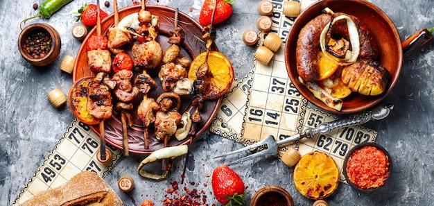 Gioco di carne e lotto barbecue Foto Premium