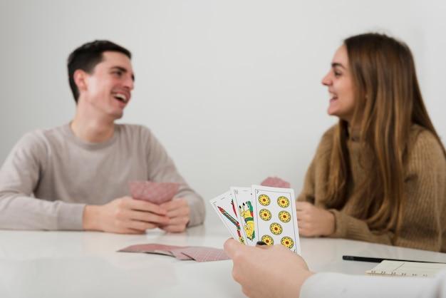 Gioco di carte da gioco degli amici del primo piano Foto Gratuite
