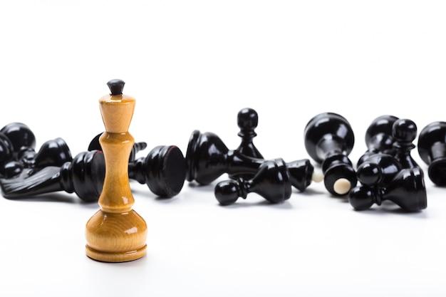 Gioco di scacchi o pezzi degli scacchi con fondo bianco Foto Premium