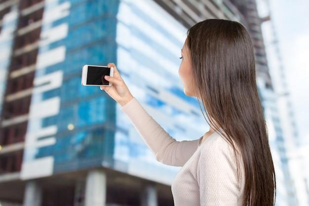 Gioiose giovani donne che fanno selfie dal suo smart phone Foto Premium