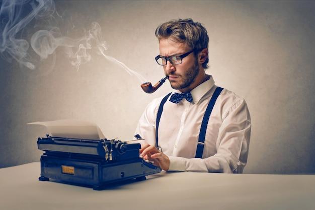 Giornalista che lavora su una storia Foto Premium