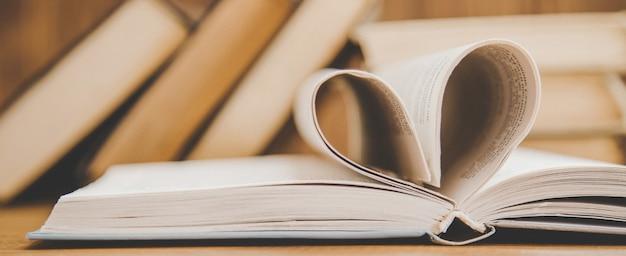 Giornata mondiale del libro. prenota lo sfondo. Foto Premium