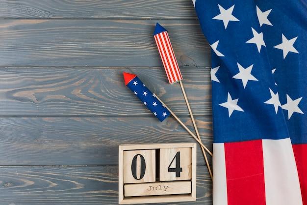 Giorno dell'indipendenza sul calendario con fuochi d'artificio Foto Gratuite