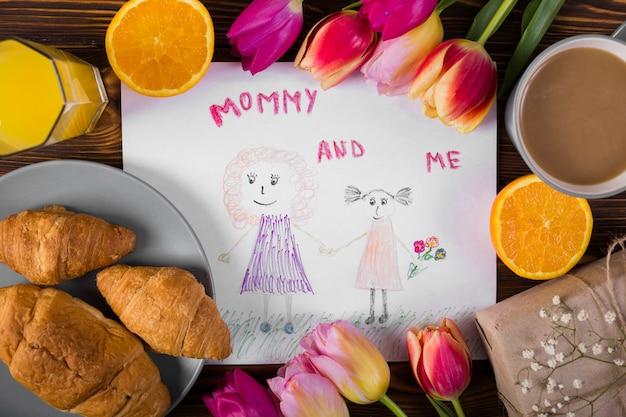 Giorno della madre che disegna intorno ai fiori e alla prima colazione Foto Gratuite