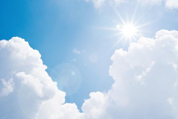 Giorno di estate ad alta temperatura caldo leggero del sole della nuvola del cielo blu Foto Premium