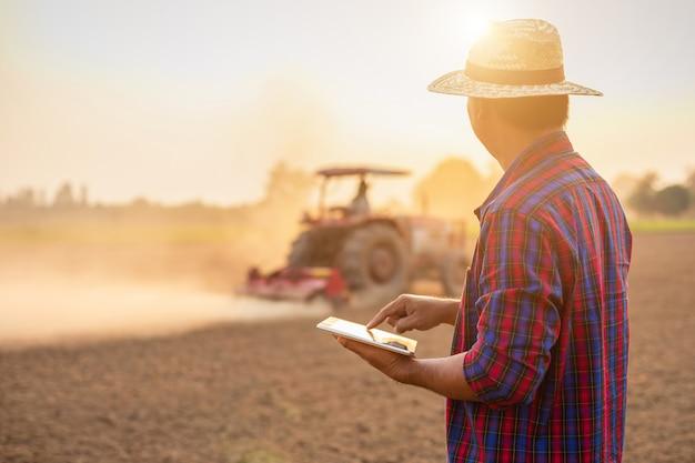Giovane agricoltore asiatico che lavora nel campo Foto Premium