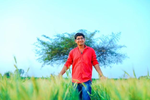 Giovane agricoltore indiano al campo di grano Foto Premium