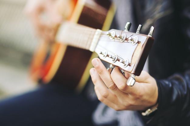 Giovane artista di strada attraente con la sua chitarra Foto Gratuite
