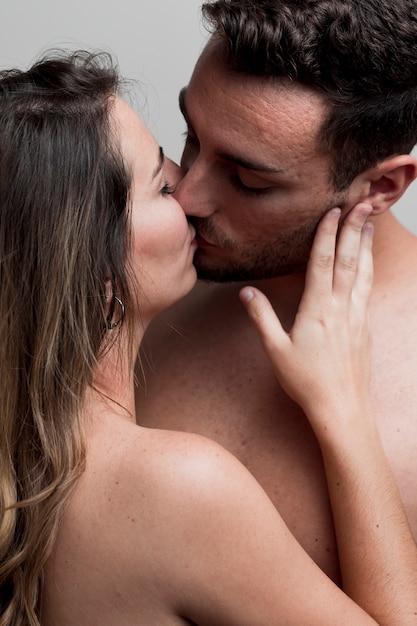 Giovane baciare nudo delle coppie del primo piano Foto Gratuite