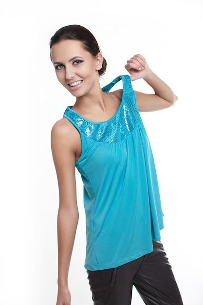 Giovane bella donna alla moda sorridente sexy isolata su bianco in jersey luminoso blu Foto Gratuite