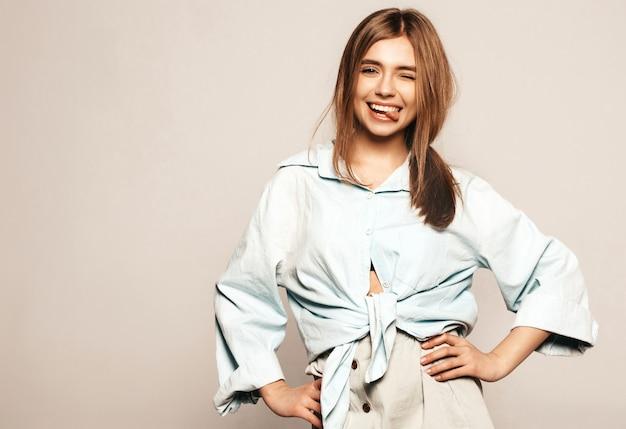 Giovane bella donna alla ricerca. ragazza alla moda in abiti casual estivi. modello divertente positivo. mostra della lingua Foto Gratuite