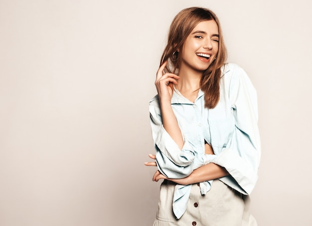 Giovane bella donna alla ricerca. ragazza alla moda in abiti casual estivi. modello divertente positivo. strizza l'occhio Foto Gratuite