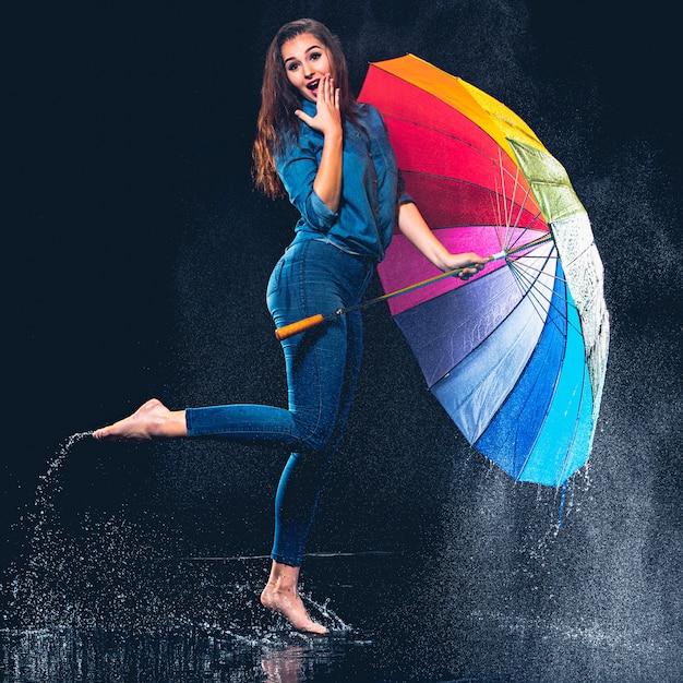 Giovane bella donna con un ombrello. Foto Gratuite