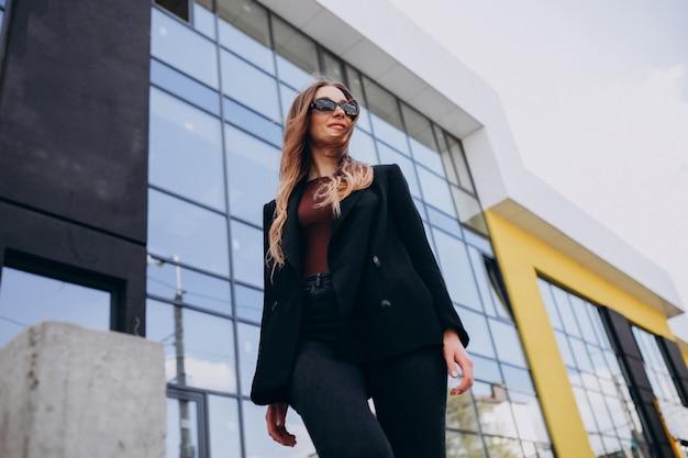 Giovane bella donna d'affari dal centro ufficio Foto Gratuite