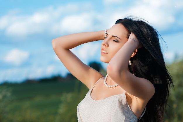 Giovane bella donna dai capelli neri Foto Premium