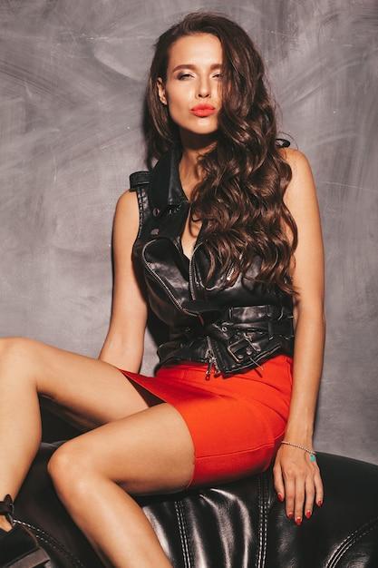 Giovane bella donna in gonna e giacca rosse estate alla moda. Foto Gratuite
