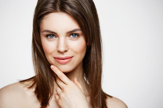 Giovane bella donna nuda con sorridere naturale di trucco. cosmetologia e spa. trattamento facciale. Foto Gratuite