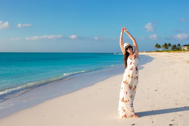 Giovane bella donna sulla spiaggia durante le sue vacanze estive Foto Premium