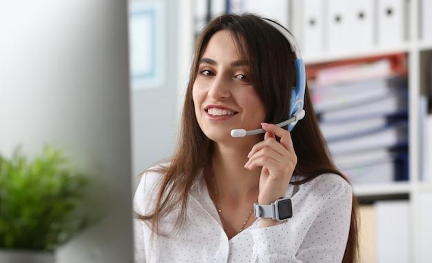 Giovane bella impiegata femminile del call center Foto Premium