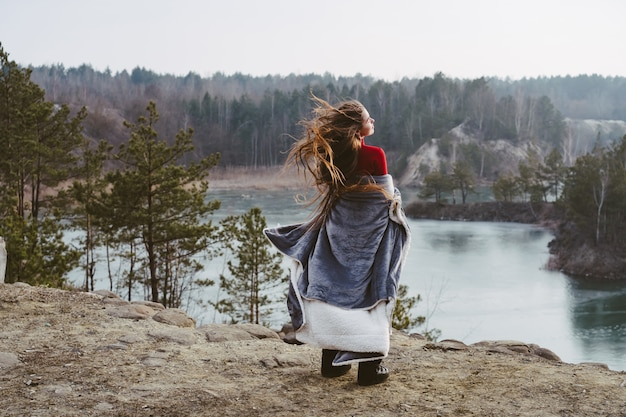 Giovane bella ragazza che posa su un lago Foto Gratuite