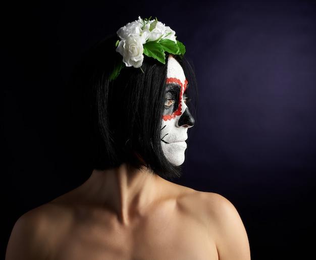Giovane bella ragazza con la maschera di morte messicana tradizionale. Foto Premium