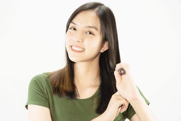 Giovane bella signora felice facendo uso del pettine a diritto i suoi capelli - concetto di cura di capelli di bellezza della donna Foto Gratuite