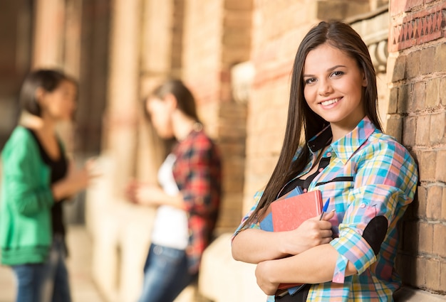 Giovane bella studentessa al college. Foto Premium