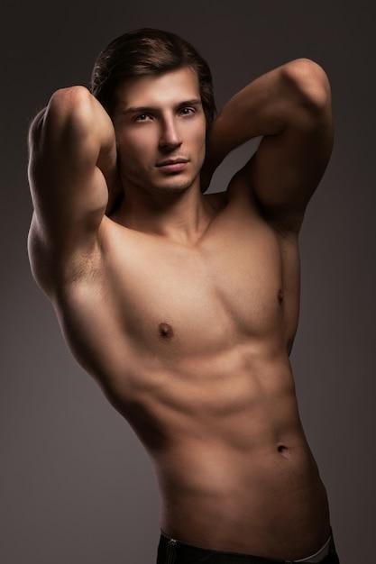 Giovane bello con il torso nudo Foto Gratuite