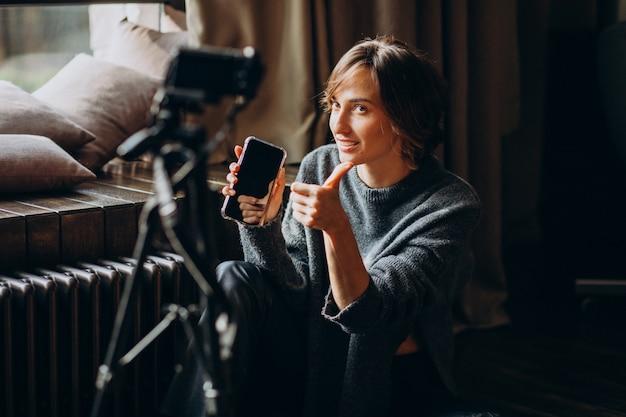 Giovane blogger video sta facendo una recensione video per il suo vlog Foto Gratuite
