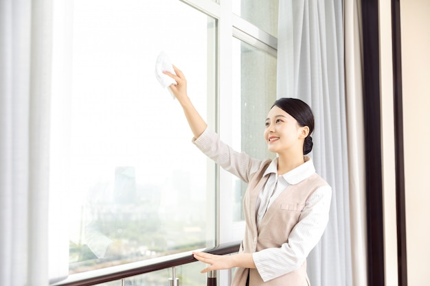 Giovane cameriera d'albergo pulizia camere d'albergo Foto Premium