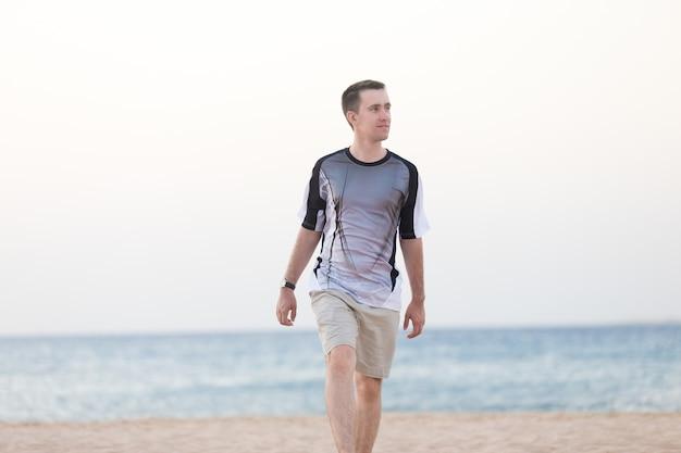 Giovane, camminare, spiaggia Foto Gratuite