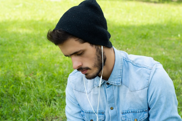 Giovane che ascolta la musica con le cuffie Foto Premium