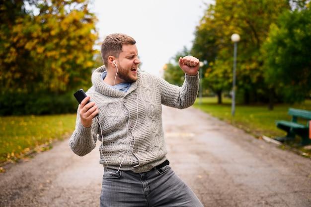 Giovane che balla autunno nel parco Foto Gratuite
