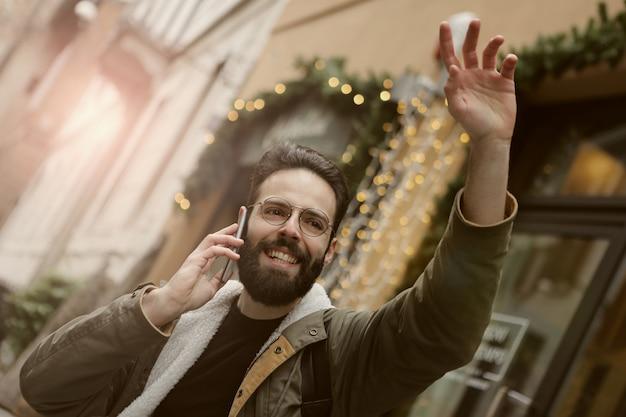 Giovane che fluttua sulla strada e parlare al telefono Foto Premium
