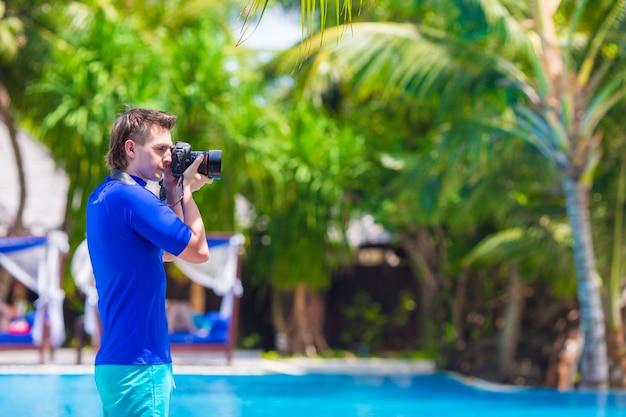 Giovane che fotografa paesaggio su un'isola tropicale Foto Premium