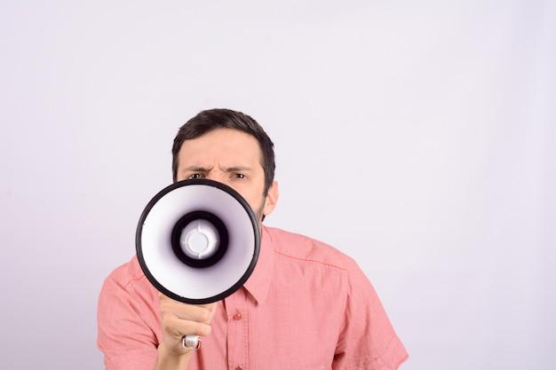 Giovane che grida su un megafono. Foto Premium