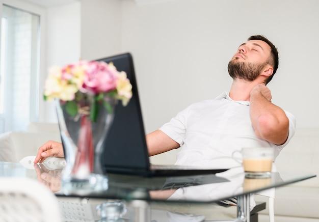 Giovane che prende una pausa per il relax in ufficio Foto Gratuite