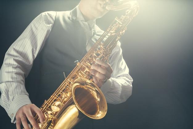 Giovane che suona il sassofono Foto Premium