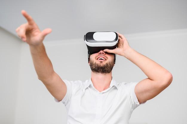 Giovane che usando i vetri della realtà virtuale Foto Gratuite