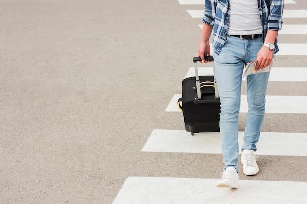 Giovane che viaggia per il mondo Foto Gratuite