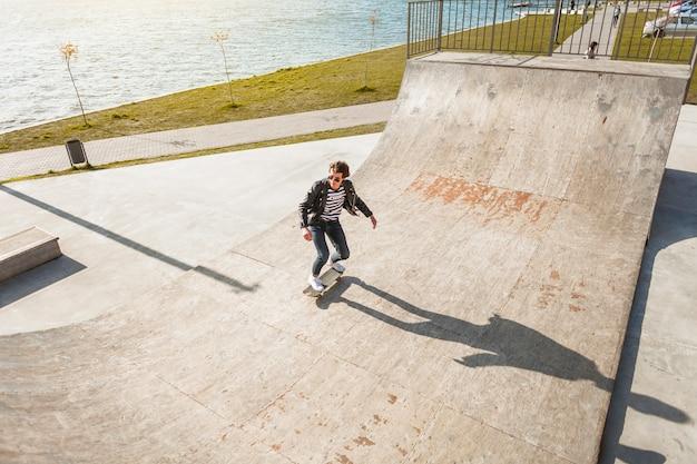 Giovane con il suo skateboard allo skate park Foto Gratuite