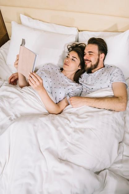 Giovane coppia a letto la mattina Foto Gratuite