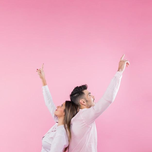 Giovane coppia che punta le dita Foto Gratuite